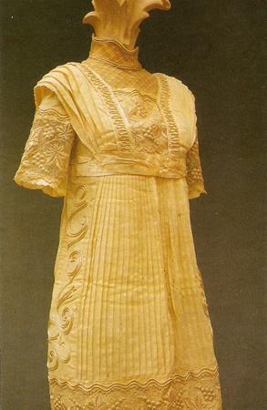 vestido em algodão, em cambraia e seda, forrado , gola alta de tule bordado, com motivos de folhas de parreira e cachos de uva - Década de 1910